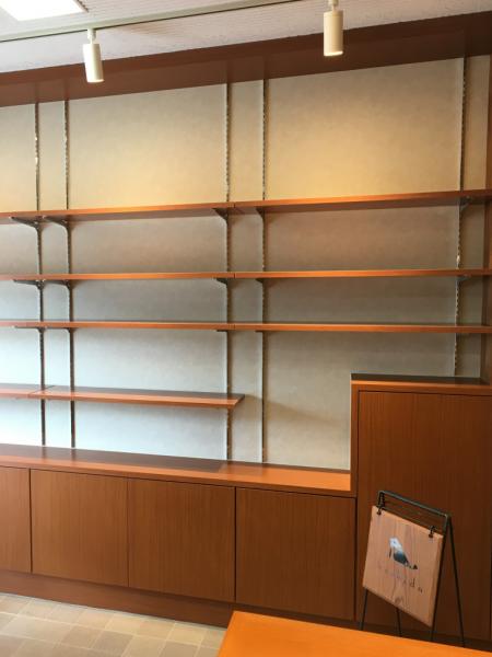 壁面の市松のBOXを可動棚に変更。