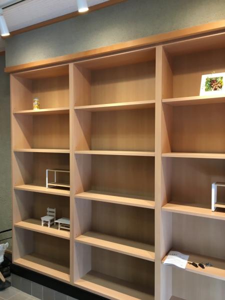 スッキリ白木系の商品棚を配置。